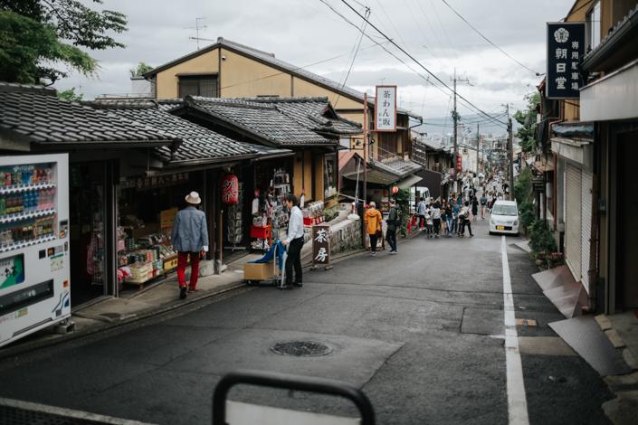 walking to kiyomizu dera
